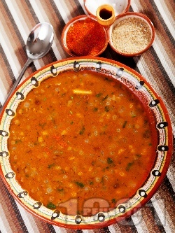 Вкусна класическа супа / чорба от леща с лук, моркови и чесън със запръжка от брашно и червен пипер - снимка на рецептата